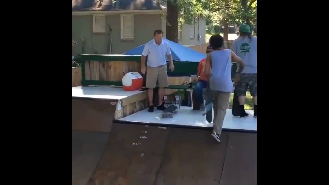 Esse homem surpreendeu a todos com um skate