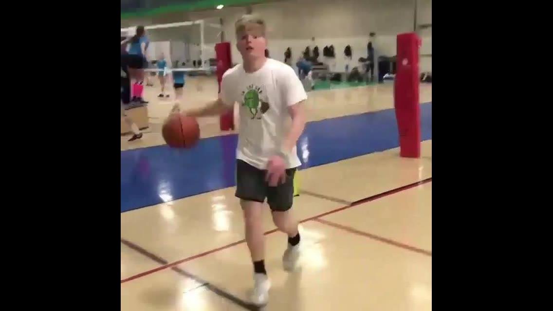 Fazendo manobras com bolas de basquete