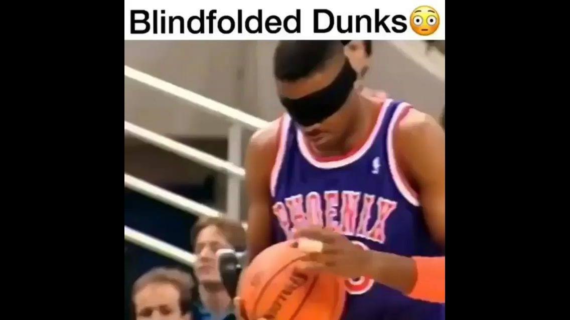 Jogadores de basquete fazendo cesta com olhos vendados