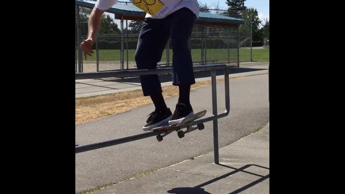 Marque um amigo skatista e desafie ele a fazer isso