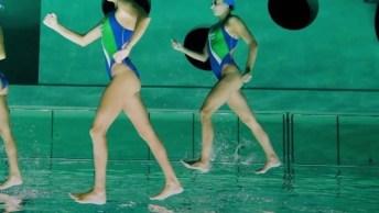 Nadadoras De Nado Sincronizado Fazem Truque Incrível Para 'Andar' Na Água!
