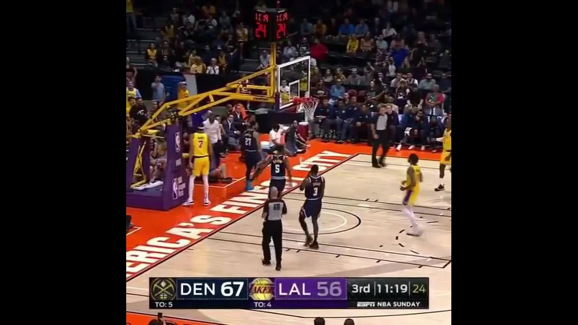 Passe lindo de basquete que resultou em uma cesta