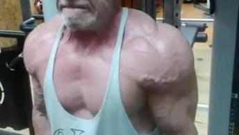 Senhor Musculoso Deixa Muito Rapaz De 20 No Chinelo, Olha O Tamanho Da Criança!