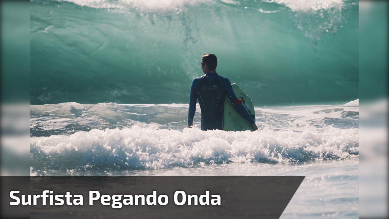 Surfista pegando onda