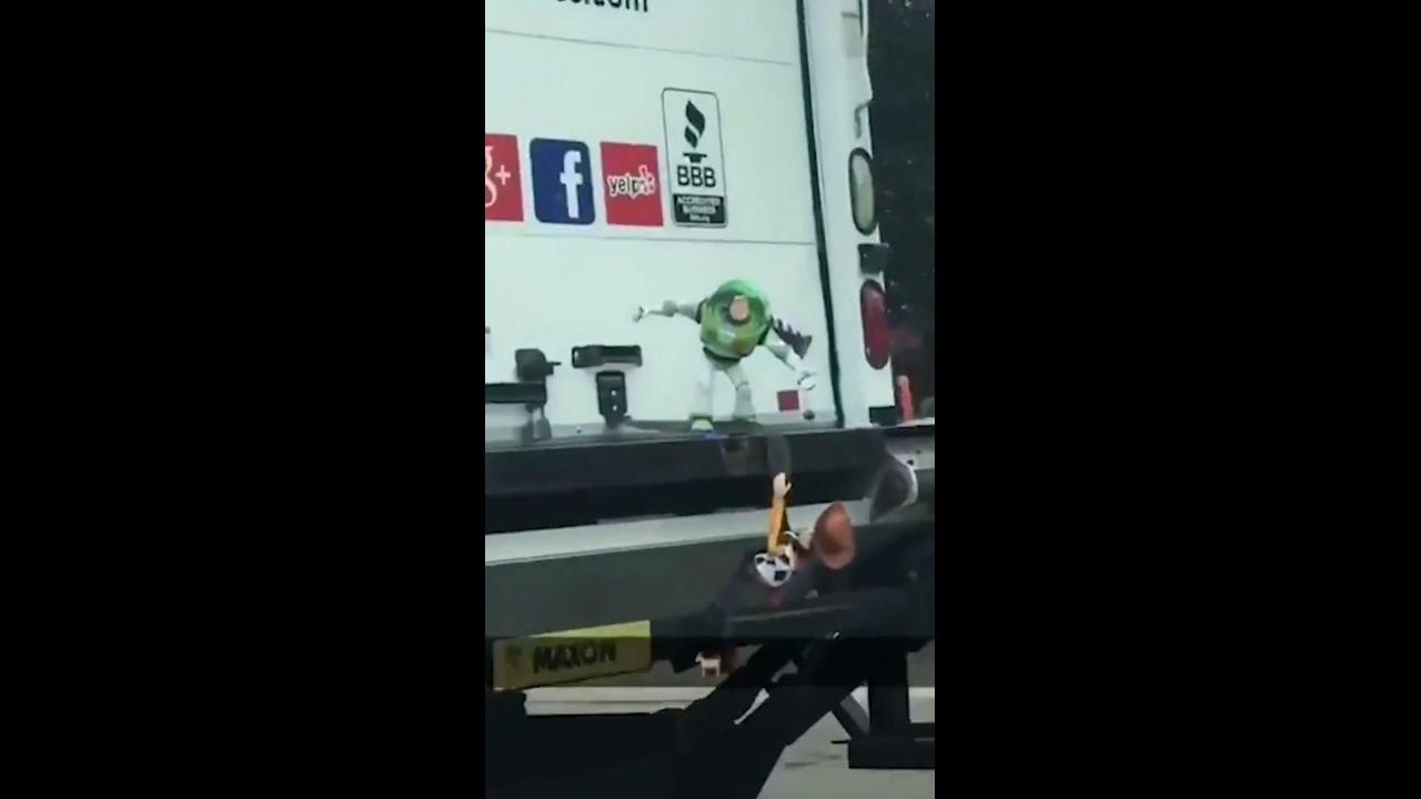 Caminhão com bonecos de desenhos no para choque