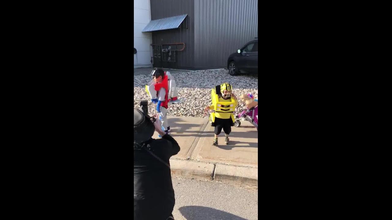 Crianças com fantasias que transformam em caminhão