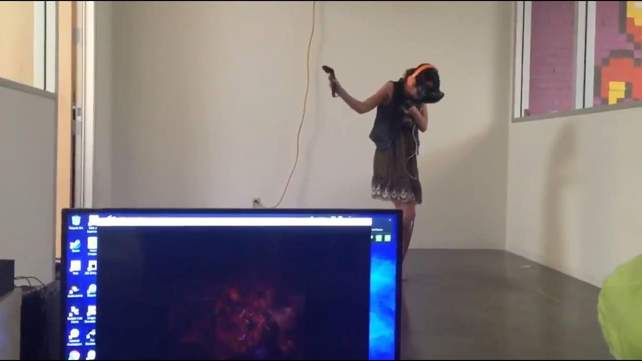 Quando sua irmã resolve jogar o seu jogo de realidade virtual kkk