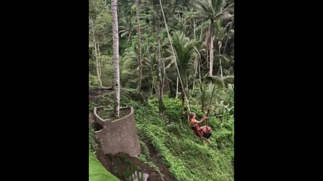 Balanço impressionante na Indonésia veja que linda paisagem ao redor