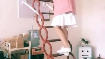 Escada Impressionante Para Subir No Sótão, Olha Só Que Praticidade!