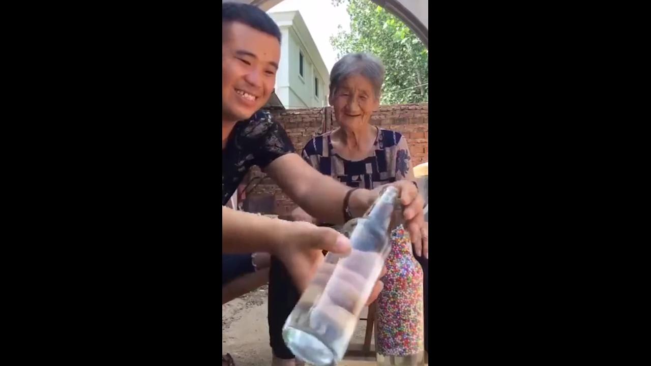 Experiencia das bolinhas que sobem para a outra garrafa