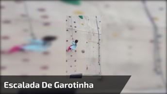 Garotinha Escalando Parede De Escalada Super Alta, Veja Que Impressionante!