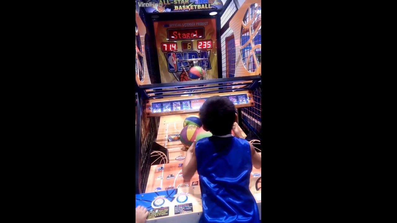 Garotinho não erra uma bola em game de basquete