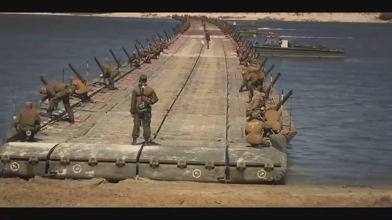 Grupo militares montam uma ponte de uma maneira bem impressionante