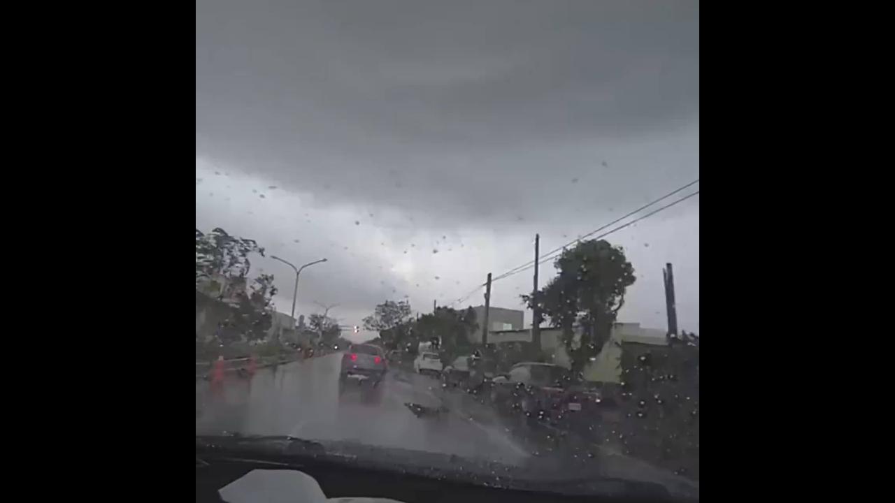 Imagens assustadoras de um furacão que aparece do nada