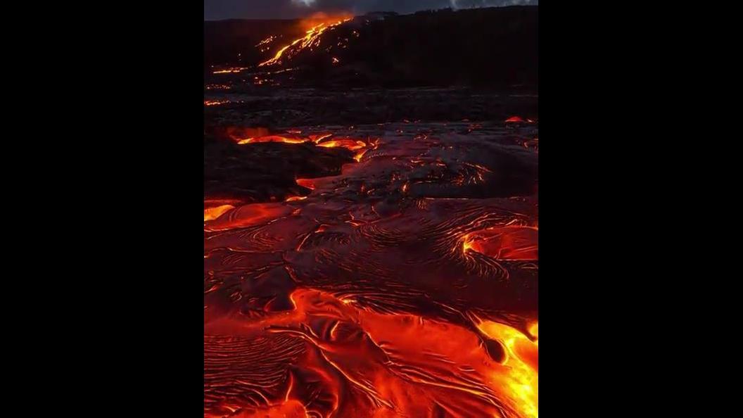 Imagens impressionantes de lavas vulcânicas saindo de um vulcão em erupção