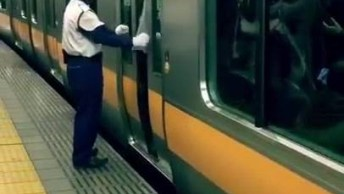 Impressionante A Quantidade De Gente No Metro Do Japão No Horário De Pico!
