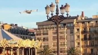 Impressionante Avião Pousando No Mar, Veja Como Ele Passa Baixinho Pela Cidade!