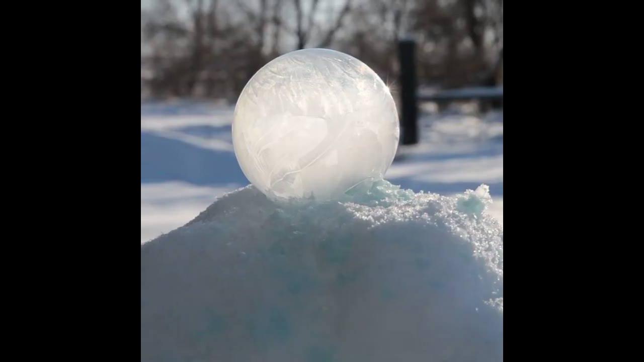 Impressionante bola de sabão congelando
