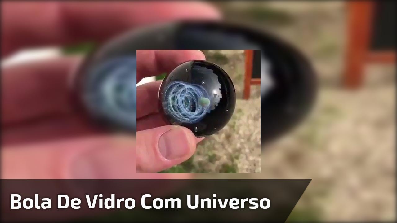 Bola de vidro com universo