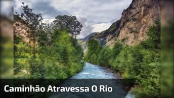 Impressionante Caminhão Travesa O Rio E Fica Preso Na Margem!