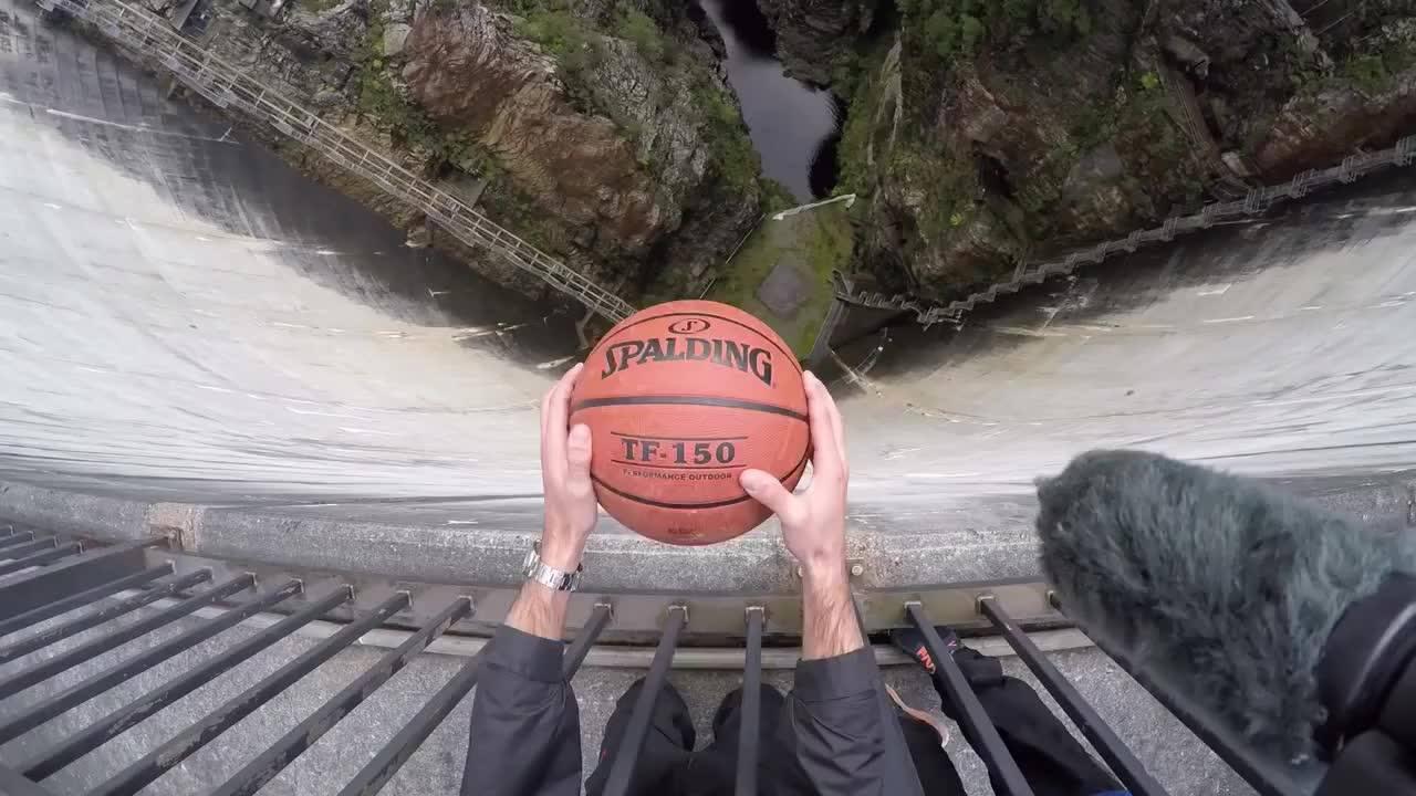 Impressionante como a forma de jogar uma bola interfere para onde ela vai