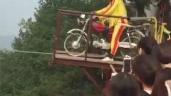 Impressionante Equilibristas Atravessando Corda Bamba Em Uma Motocicleta!