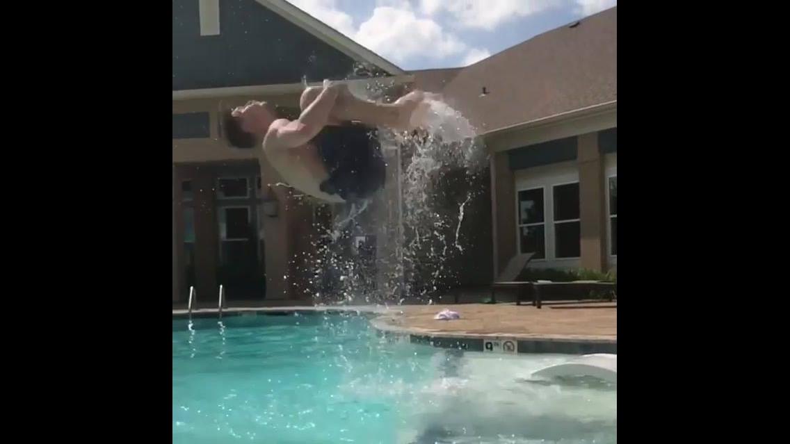 Impressionante força deste rapaz, olha só o salto que ele da na piscina!!!