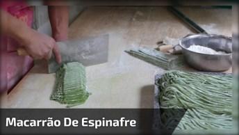 Impressionante Homem Fazendo Macarrão De Espinafre Com A Mãos