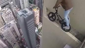 Impressionante, Jovem Equilibrando Uma Bicicleta Na Beira De Um Prédio!