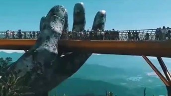Impressionante Ponte No Vietnã Onde Uma Mão Gigante Parece Estar Segurando-A!