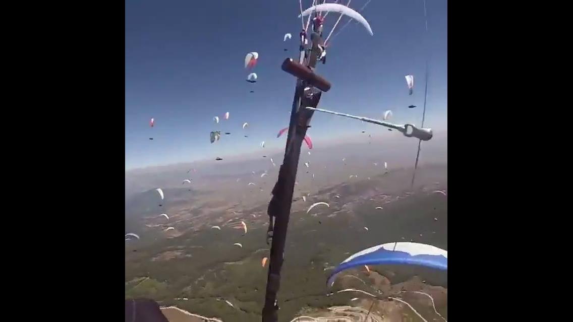 Impressionante quantidade de paraquedas no céu