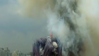 Impressionante Queima De Fogos Com Efeito De Fumaças Coloridas, Confira!