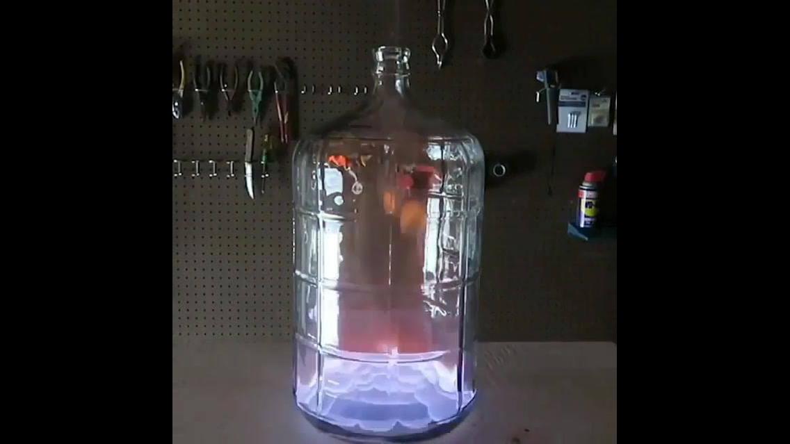 Impressionante reação do álcool com fogo dentro de um galão