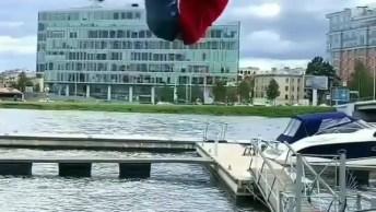 Impressionante Salto Mortal Em Cima De Um Tronco Que Ancora Barcos!