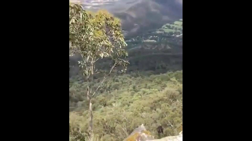 Impressionante salto mortal na beira de um penhasco