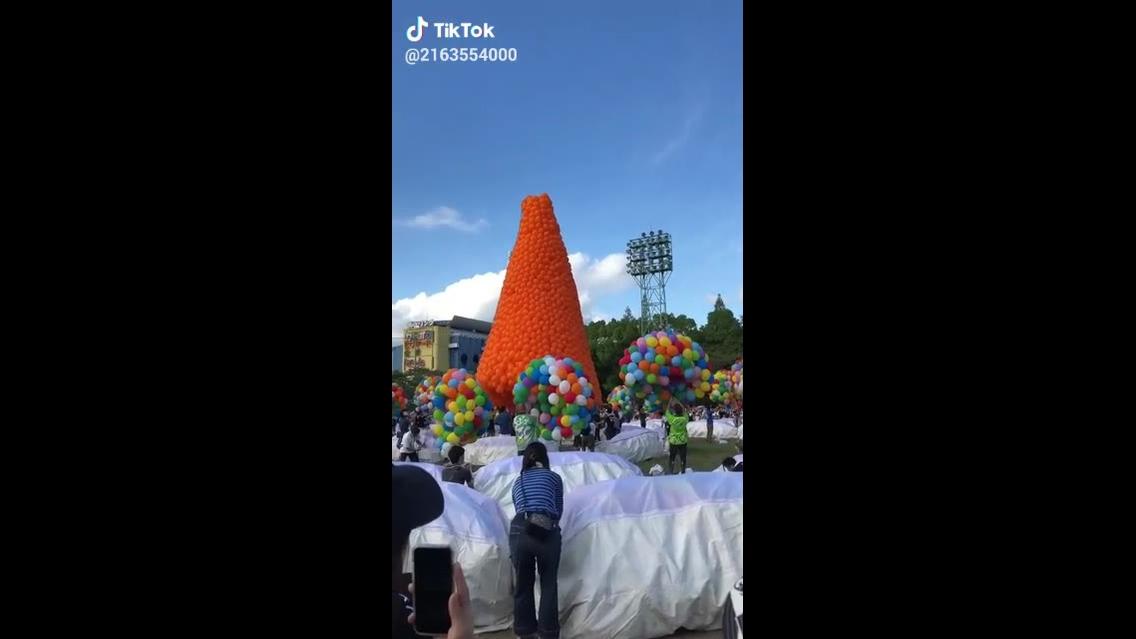 Milhares de balões com gás hélio sendo soltos pelo céu