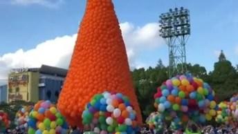 Milhares De Balões Com Gás Hélio Sendo Soltos Pelo Céu, Simplesmente Lindo!