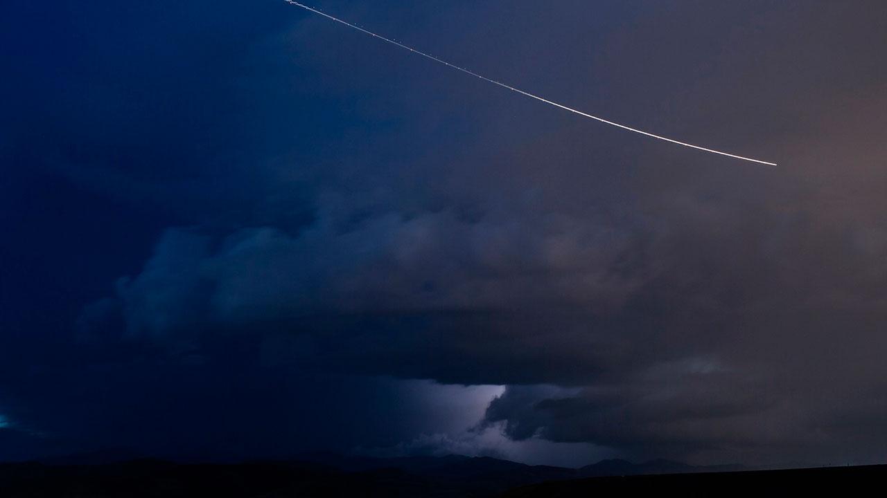 Momento exato de um meteoro caindo no mar do Rio Grande do Sul