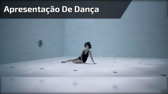 Mulher Fazendo Apresentação De Dança Embaixo Da Água, Prenda A Respiração!