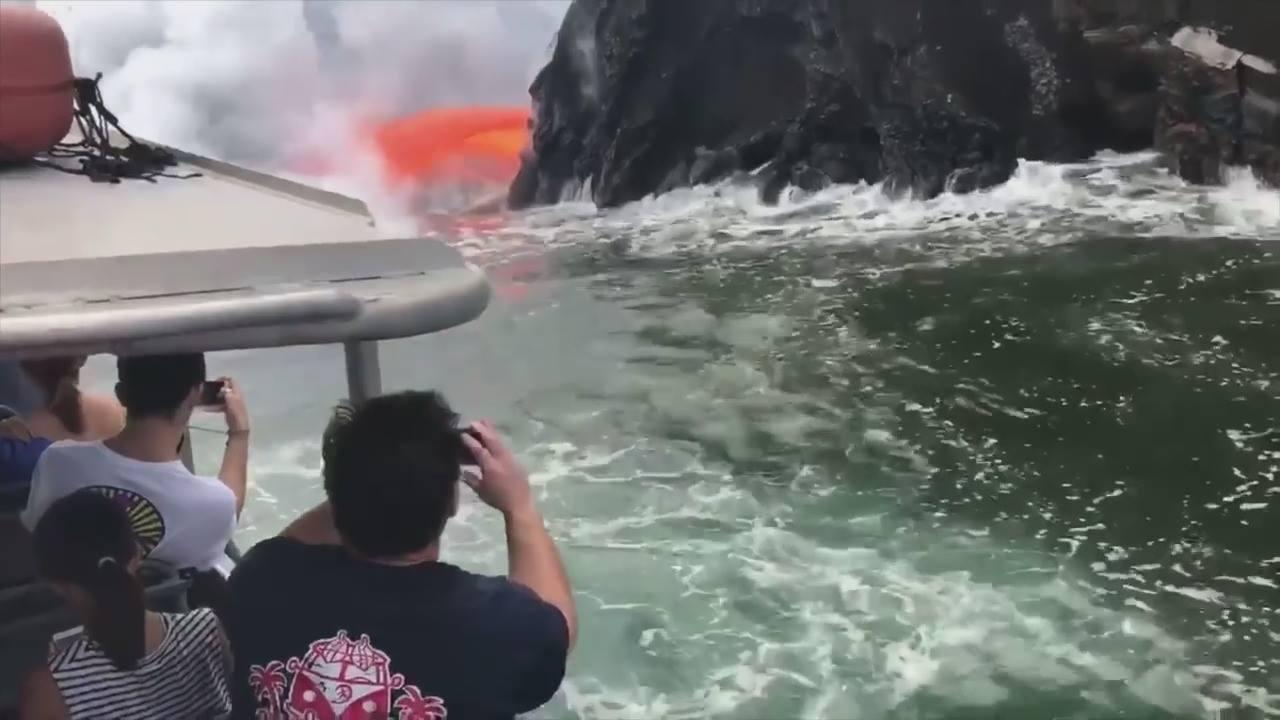 Olha só que impressionante a lava de um vulcão no Havaí se encontrando com mar