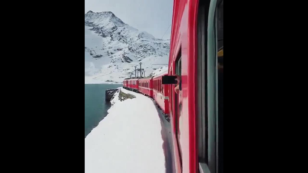Passeio de trem por lago coberto de gelo ao seu redor