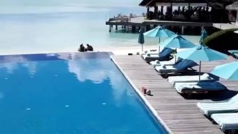 Piscina Com Borda Infinita Na Beira Da Praia Com Tamanho Impressionante!