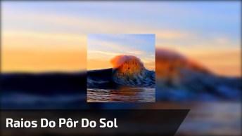 Raios Do Pôr Do Sol Refletidos Em Uma Onda Do Mar, Muito Lindo!