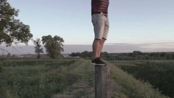 Rapaz Subindo Em Tronco De Árvore, Parece Até Uma Montagem!