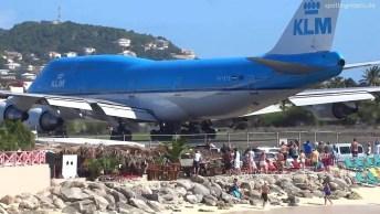 Veja O Perigo De Ficar Atras De Um Avião, A Força Das Turbinas É Muito Fortes!