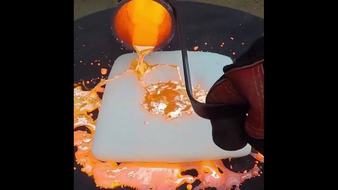 Veja o que acontece se jogar cobre fundido em cima de uma barra de gelo seco