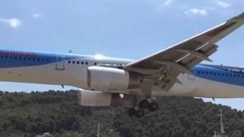 Avião Pousando E Passando Bem Baixo, Perto De Pessoas, Que Incrível!
