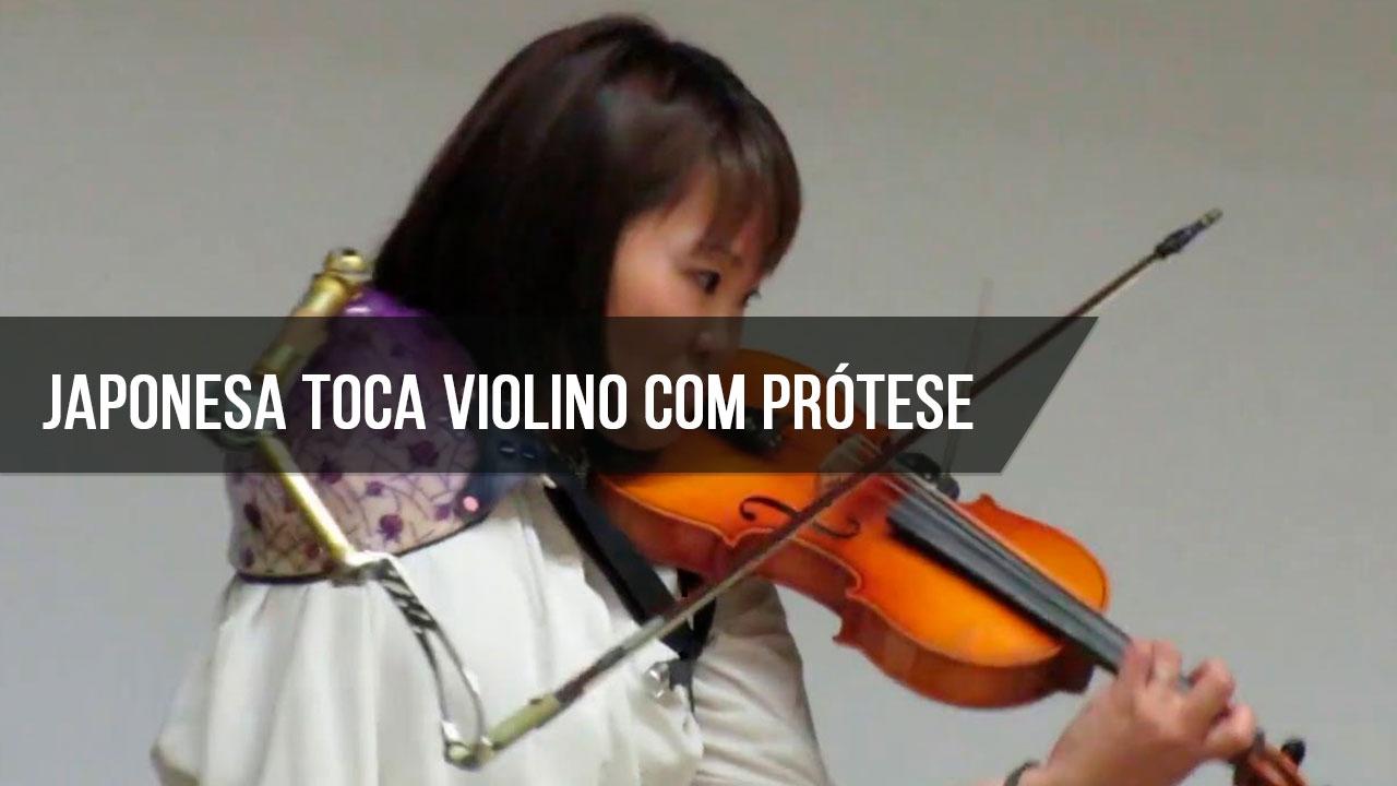 Mulher tocando violino de um jeito inacreditável