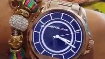 Vídeo Mostrando Relógio De Pulso Interessante Que Você Pode Mudar Os Temas!