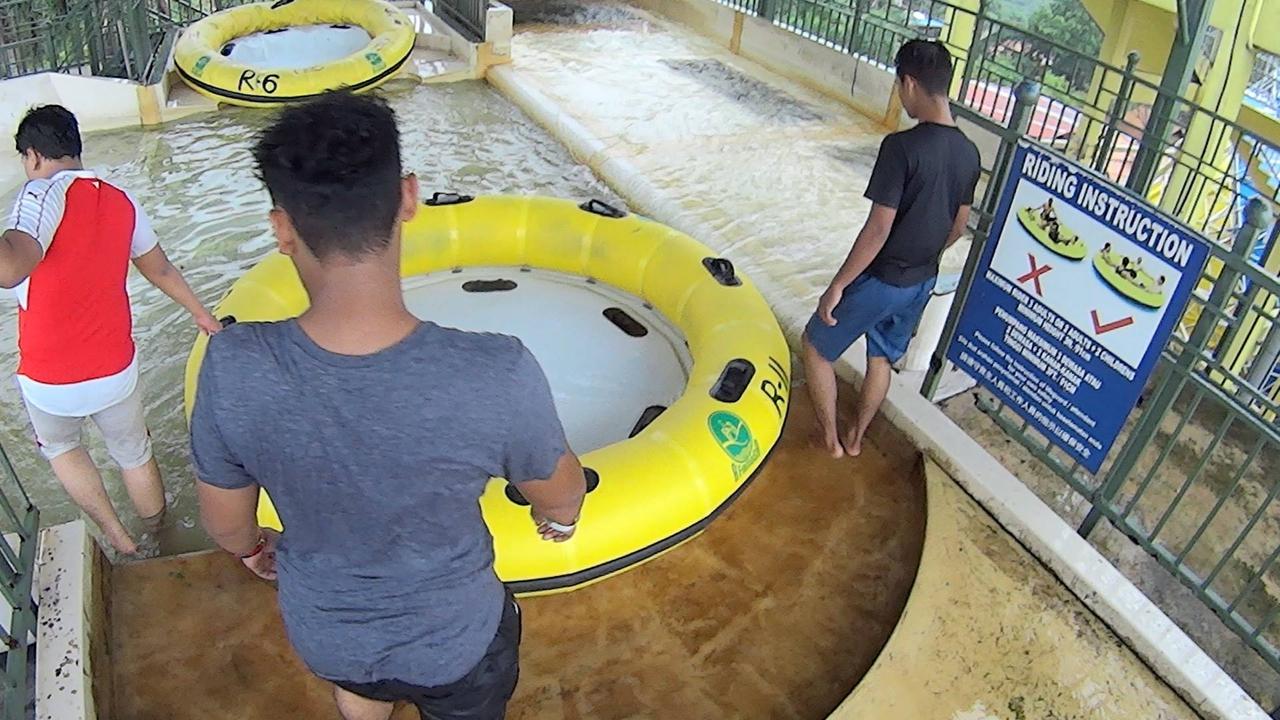 Amigos em parque aquático, uma das atrações mais legais